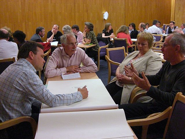 640px-Small_group_conversation_at_a_Gurteen_Knowledge_Cafe